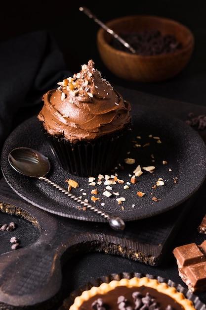 Cupcake Au Chocolat Gros Plan Prêt à être Servi Photo gratuit