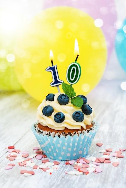 Cupcake avec une bougie numérale Photo Premium