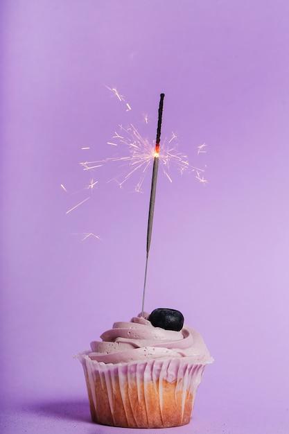 Cupcake Avec Cierge Magique Photo gratuit