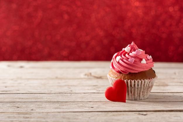 Cupcake Décoré De Coeurs De Sucre Pour La Saint Valentin Sur Table En Bois Et Fond Rouge Photo Premium