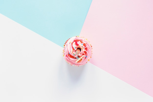 Cupcake sur fond coloré Photo gratuit