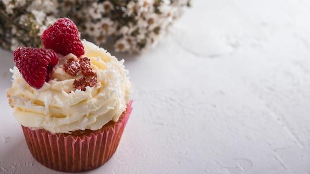Cupcake Framboise Et Flocons De Noix De Coco. Cupcake Raffaello. Fermer Photo Premium