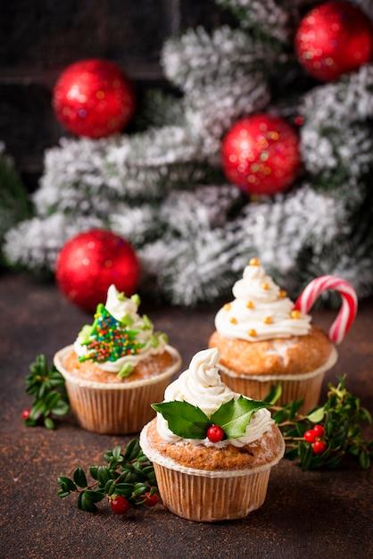 Cupcake De Noël Avec Différentes Décorations Photo Premium
