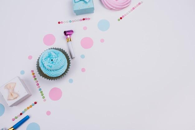 Cupcake vue de dessus avec présent à côté Photo gratuit