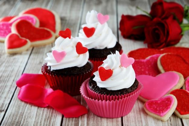 Cupcakes Coeur à La Crème Fouettée Photo Premium