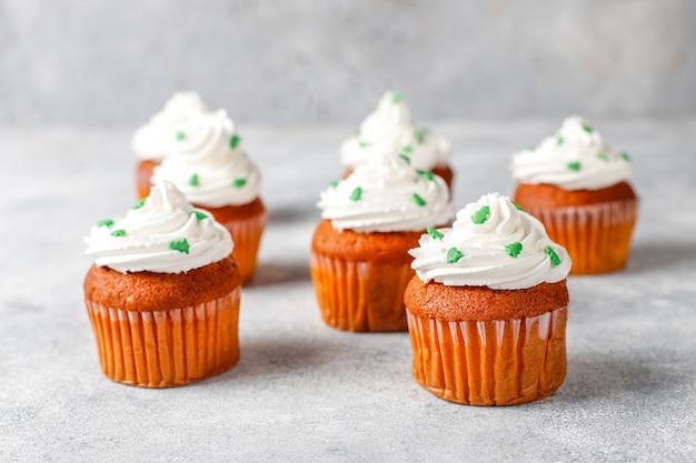 Cupcakes Avec Des Décorations Vertes Sur Table En Bois Photo gratuit