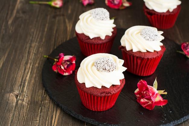 Cupcakes de velours rouge sur fond en bois Photo Premium