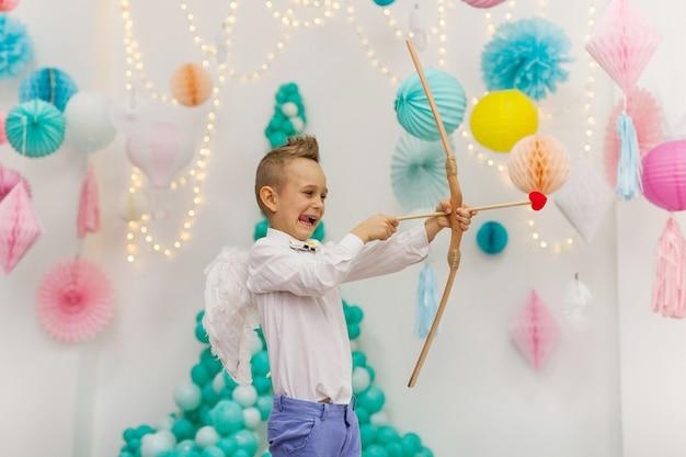 Cupidon Mignon Petit Garçon Avec Des Ailes, Une Flèche Et Un Arc. La Saint-valentin Photo Premium