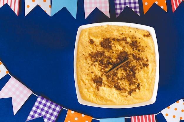 Curau, canjica, angú, crème de maïs sucré et dessert typique de la cuisine brésilienne. Photo Premium