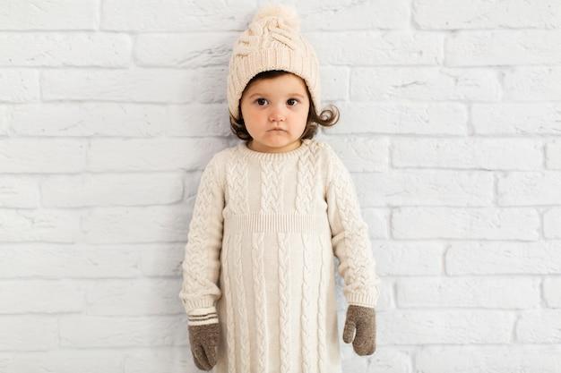 Curieuse petite fille regardant photographe Photo gratuit