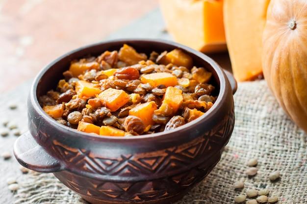 Curry épicé Aux Lentilles Vertes, Citrouille Et Raisins Secs Photo Premium