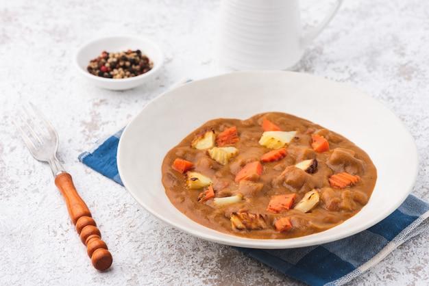Curry avec pomme de terre et carotte japon fond de nourriture Photo Premium
