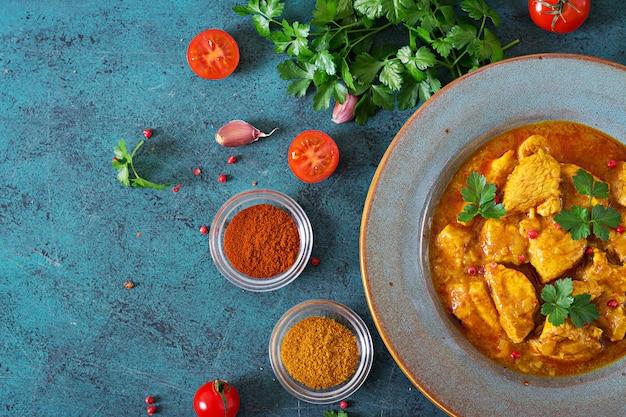 Curry Avec Poulet Et Oignons. Cuisine Indienne. Cuisine Asiatique. Vue De Dessus Photo Premium