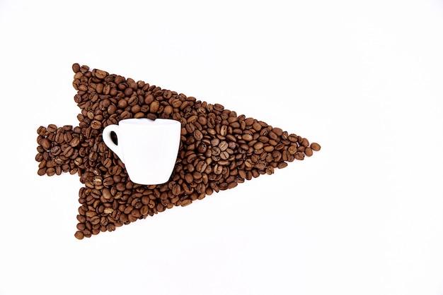 Curseur de grains de café avec une tasse blanche sur un fond blanc. Photo Premium