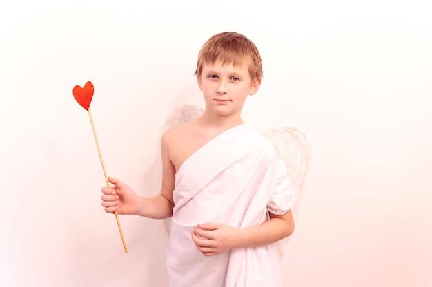 Cute Boy Cupid Vise Les Amateurs D'arc Et De Flèche. Ange Dans Le Ciel Félicite Pour La Saint-valentin Photo Premium