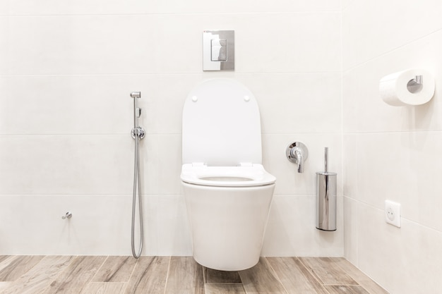 Cuvette de toilette dans la salle de bain moderne Photo Premium