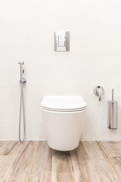 Cuvette de toilette dans une salle de bains moderne de style blanc Photo Premium
