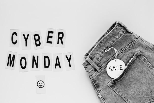 Cyber lundi texte à côté de jeans avec étiquette de vente Photo gratuit