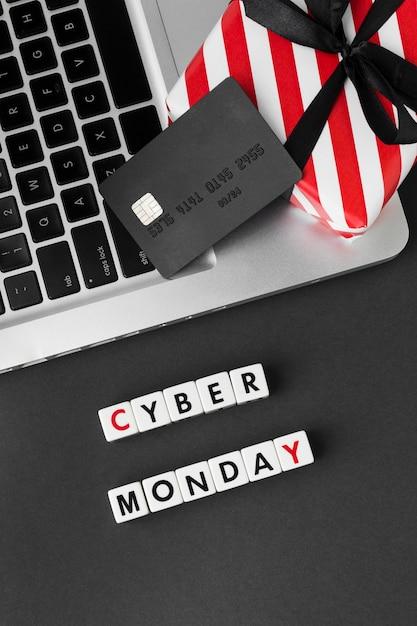 Cyber Monday écrit Avec Des Lettres De Scrabble Et Une Carte D'achat Photo gratuit
