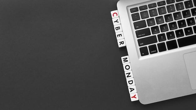 Cyber Monday écrit Avec Des Lettres De Scrabble Et Un Espace De Copie Pour Ordinateur Portable Photo gratuit