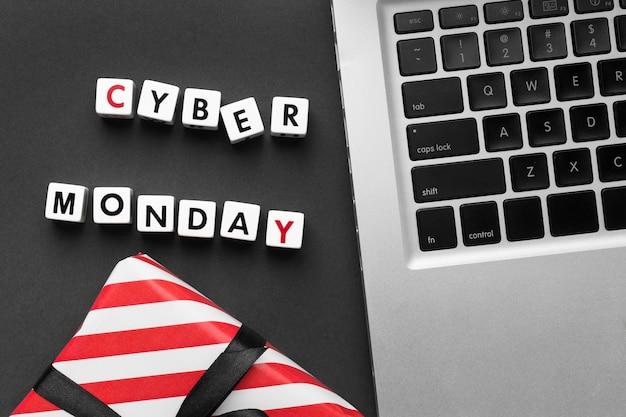 Cyber Monday écrit Avec Des Lettres De Scrabble Et Un Ordinateur Portable Photo gratuit