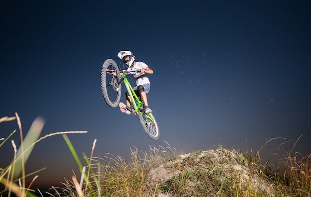 Cycliste descendant en vtt sur la colline Photo Premium
