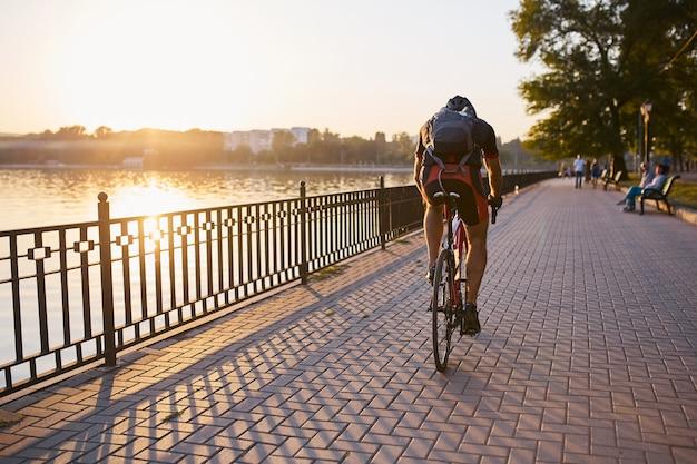 Cycliste Jeune Et énergique Dans Le Parc Photo gratuit