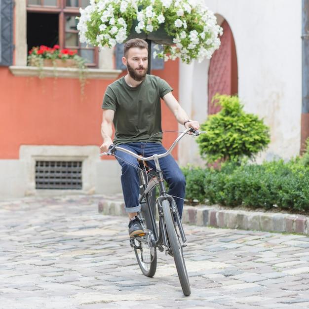 Cycliste mâle, faire du vélo à l'extérieur Photo gratuit