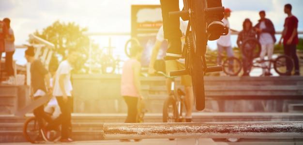 Un cycliste saute par dessus un tuyau sur un vélo bmx. Photo Premium
