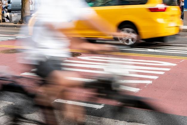 Cycliste traversant la rue Photo gratuit
