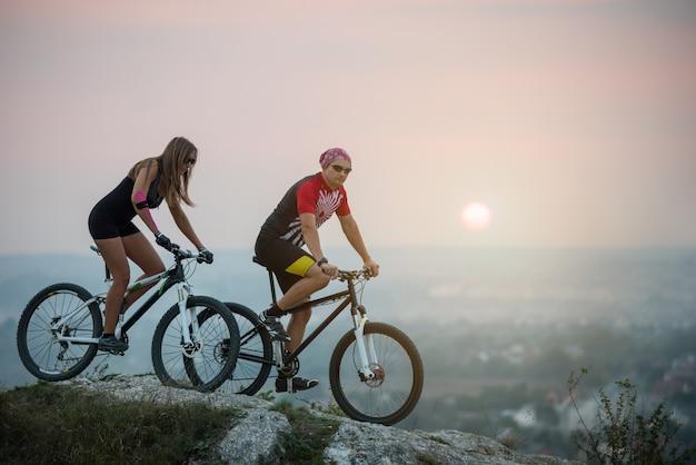 Cycliste sur les vélos de montagne Photo Premium
