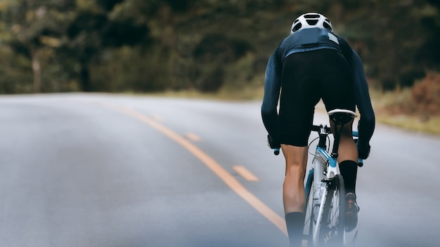 Les cyclistes augmentent leur vitesse par sprint. Photo Premium