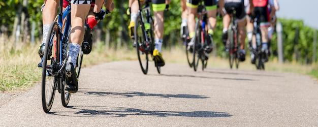 Les Cyclistes Dans Une Course De Vélo Photo gratuit