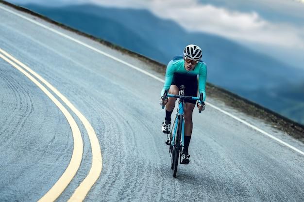 Les cyclistes font du vélo et grimpent jusqu'au sommet. Photo Premium