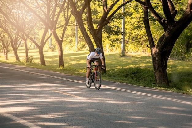 Les cyclistes sont vélo de route au coucher du soleil. concept sportif Photo Premium