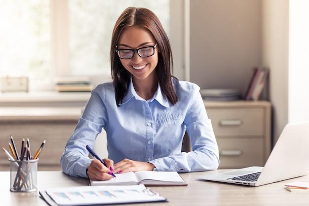 Dame d'affaires attrayant en vêtements et lunettes de vue. Photo Premium