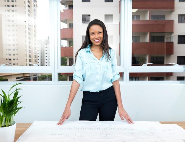 Dame afro-américaine heureuse plan sur table Photo gratuit
