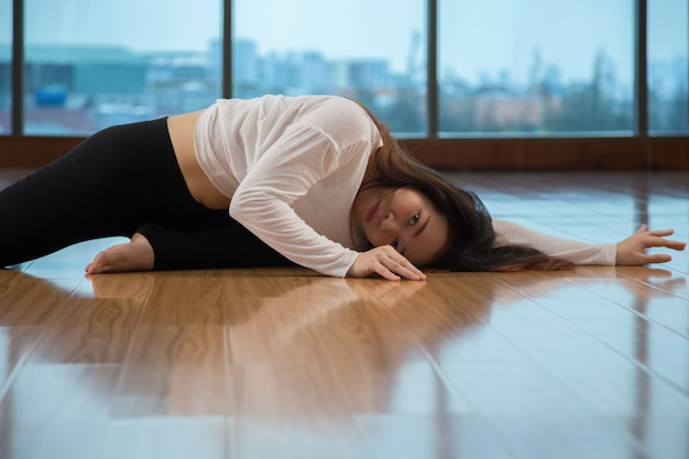 Dame Asiatique Regardant La Caméra En Dansant Photo gratuit