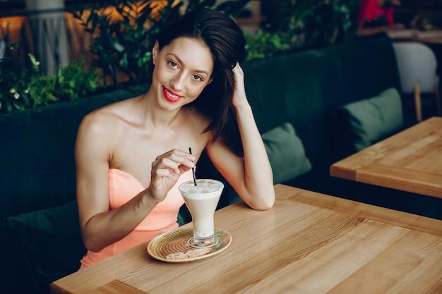 Dame élégante avec café Photo gratuit