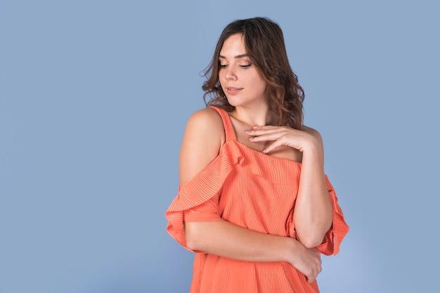 Dame élégante en chemisier orange Photo gratuit