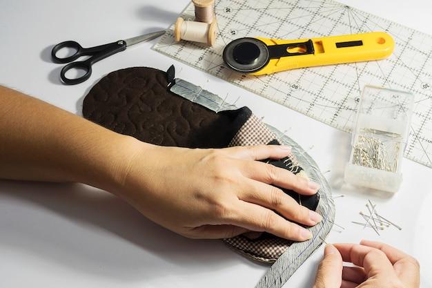 Dame fabrique une chaussure en tissu à la main Photo gratuit