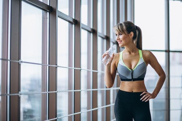 Dame De Fitness Eau Potable Photo gratuit
