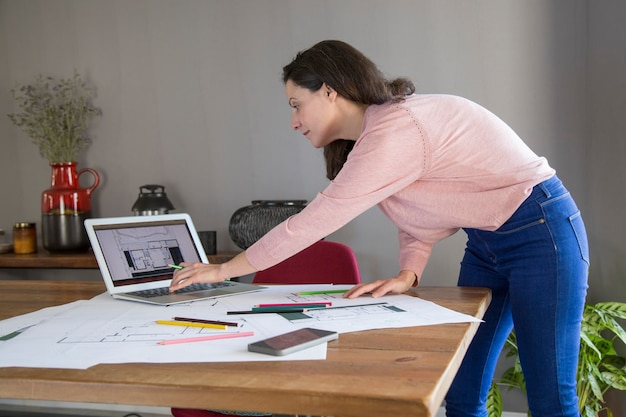Dame occupée élaborer un design pour un appartement Photo gratuit