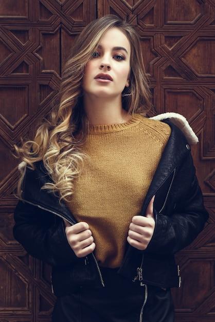 Dame style de la rue jolie jeune blonde Photo gratuit