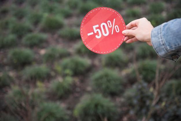 Dame tenant une pancarte rouge Photo gratuit
