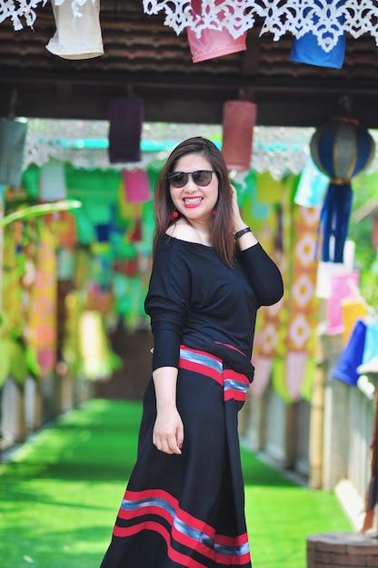 Dame thaïlandaise d'âge moyen en costume de style coloré du nord de la thaïlande au lieu touristique en plein air à chiang mai lanna en thaïlande Photo gratuit