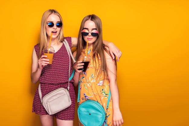 Dames Gaies Avec Des Boissons Photo Premium
