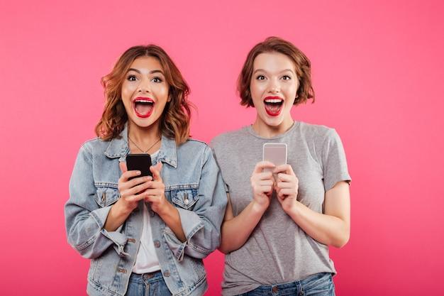 Dames Heureuses Excitées Discutant Par Téléphone. Photo gratuit