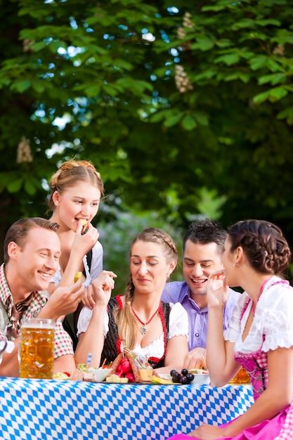 Dans beer garden - des amis sur une table avec de la bière Photo Premium