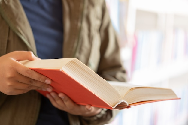 Dans La Bibliothèque - étudiante Adolescente Avec Des Livres à Lire Dans Une Bibliothèque D'école Secondaire. Photo gratuit